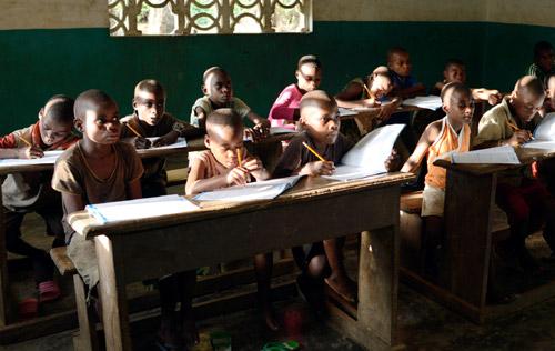 Etude du soir pour les enfants Pygmées du Fondaf Bipindi au Cameroun