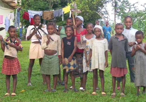 La famille des Agneaux, enfants Pygmées du Foyer ND de la Forêt de Bipindi au Cameroun