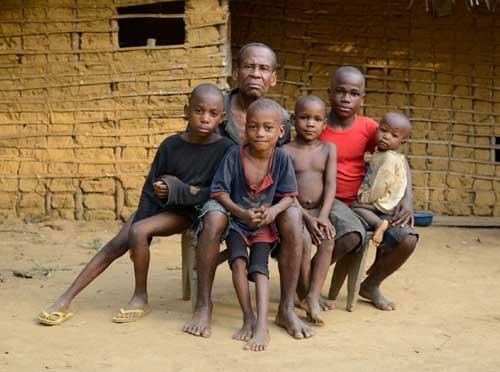Famille de Pygmées Bagyeli au Cameroun
