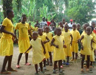 Chant et danse pour les enfants Pygmées au Fondaf Bipindi, Cameroun