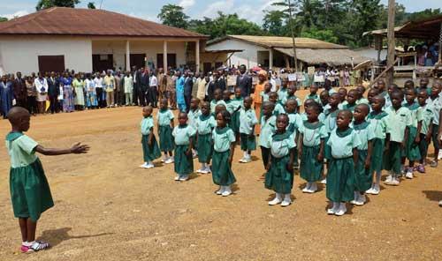 Chorale des Pygmées Bagyeli de Bipindi chantant l'hymne national du Cameroun