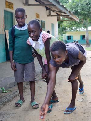 Les enfants Pygmées Bagyeli du Foyer de Bipindi adorent jouer aux billes
