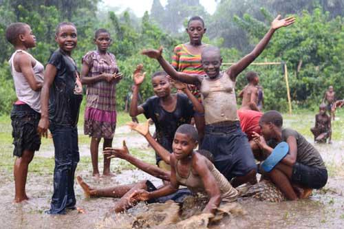 Au Cameroun, les enfants Pygmées sont heureux de jouer sous la pluie et dans la boue !