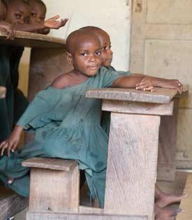 Marguerite-Marie, jeune Pygmée pensionnaire et élève au Fondaf Bipindi, Cameroun