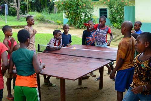 match de ping-pong au Foyer des enfants Pygmées Bagyeli de Bipindi au Cameroun