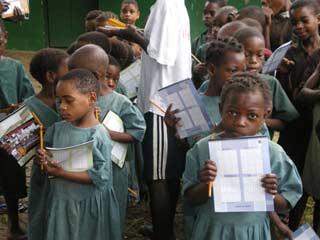 Distribution des fournitures scolaires aux enfants Pygmées du Fondaf à Bipindi