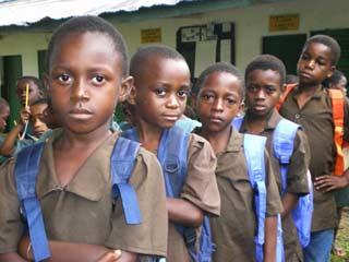 Distribution des cartables aux enfants Pygmées du Fondaf à Bipindi