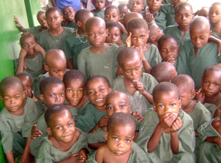 es enfants Pygmées fêtent Noël au Fondaf à Bipindi