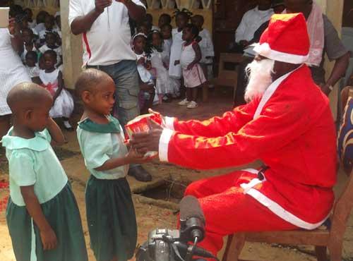 Le père Noël est passé chez les enfants Pygmées Bagyeli de Bipindi au Cameroun