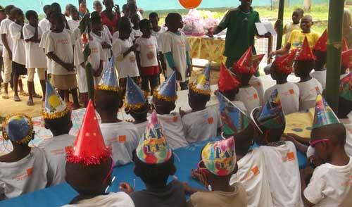 Repas de Noël pour les Pygmées Bagyeli de Bipindi au Cameroun