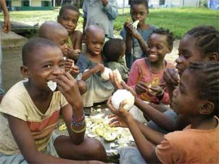 Dégustation de pamplemousses par les jeunes Pygmées pensionnaires au Fondaf à Bipindi