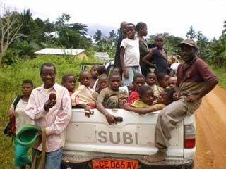 Ramassage scolaire dans les campements, départ des enfants Pygmées pour le Fondaf à Bipindi