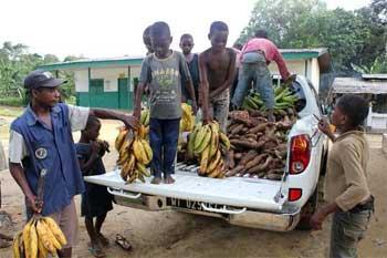 Premier ravitaillement avec le nouveau véhicule, Fondaf Bipindi au Cameroun