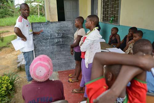 Répétition de maths et révision des leçons pour les enfants Pygmées Bagyeli à Bipindi