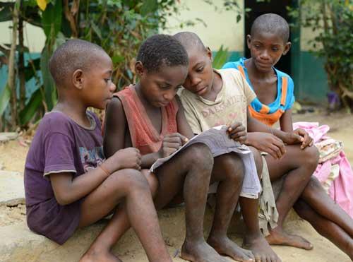 Les jeunes Pygmées Bagyeli révisent leurs leçons