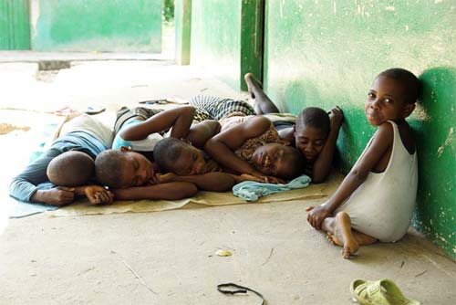 Jeunes Pygmées se reposant à même le sol par forte chaleur