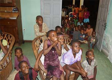 Jeune Pygmée et pamplemousse, Bipindi, Cameroun