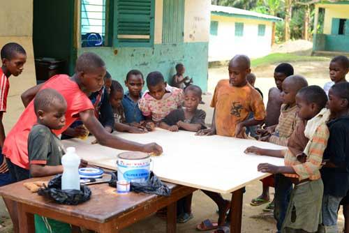 Construction d'une table de ping-pong par les enfants Pygmées Bagyeli du Foyer de Bipindi au Cameroun