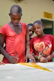 Les jeunes Pygmées du Fondaf Bipindi au Cameroun construisent une table de ping-pong
