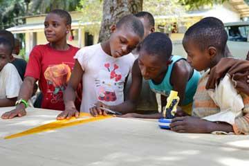 Les jeunes Pygmées du Fondaf Bipindi au Cameroun fabriquent une table de ping-pong