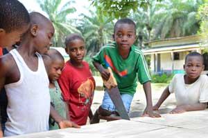 Les enfants Pygmées du Foyer de Bipindi au Cameroun fabriquent une table de ping-pong