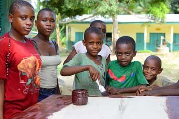 Les jeunes Pygmées du Fondaf Bipindi au Cameroun confectionnent une table de ping-pong