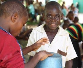 Les jeunes Pygmées accompagnent au tam-tam les danses traditionnelles pour fêter la rentrée scolaire au Fondaf Bipindi au Cameroun