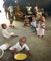 Les petits frères et soeurs des enfants Pygmées participent à la fête