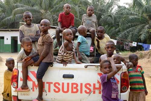 Les enfants arrivent au Foyer de Bipindi dans la voiture du FONDAF