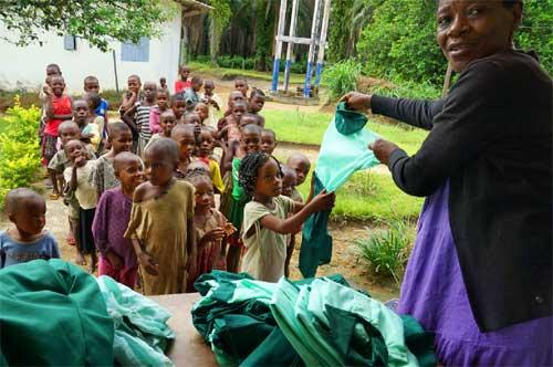 des uniformes neufs pour la rentrée scolaire des jeunes Pygmées de Bipindi