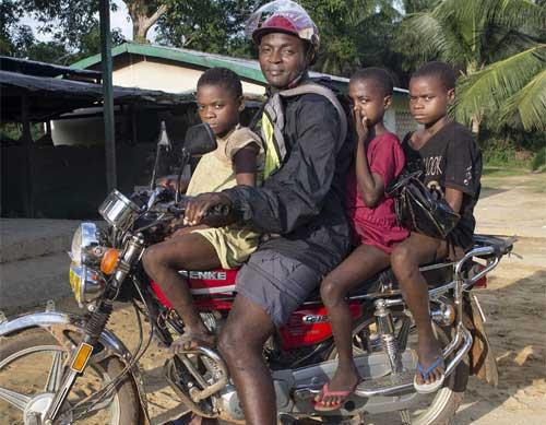 Les jeunes Pygmées retardataires retournent au foyer sur la moto du surveillant général du Fondaf Bipindi