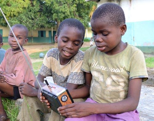 Les enfants Pygmées Bagyeli de Bipindi écoutent les résultats des examens d'état à la radion.