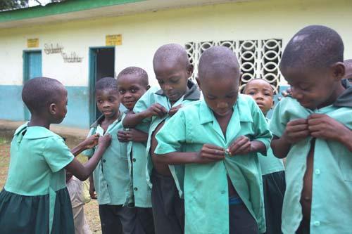 Les enfants des classes préscolaires reçoivent tous un uniforme neuf.