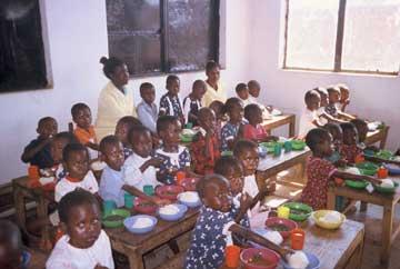 Repas des enfants dans une classe de l'école de Kamalondo au Congo