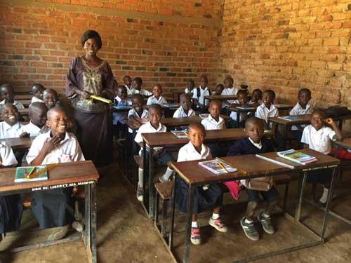 Les écoliers de l'école Bumi dans leur classe de CP en RD Congo