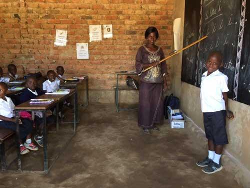 Enfant au tableau noir à l'école Bumi de Karavia en RD Congo