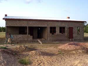 construction de l'auvent de la maternité de Guiè, Burkina Faso