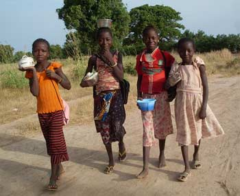Sur le chemin l'école à Guiè au Burkina Faso