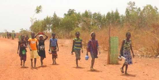 Sur le chemin de l'école à Guiè au Bukina Faso