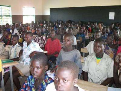 Une classe de collégiens à Guiè