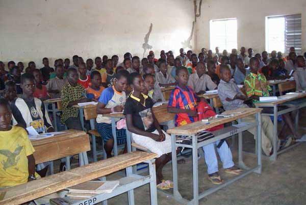 Une classe surchargée du collège de Dapélogo au Burkina Faso