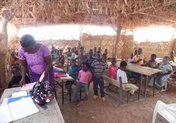 Les élèves de Namassa au Bukina Faso récoltent des haricots pour payer leurs cours