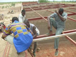 Pose de la toiture de l'école B de Guiè, Burkina Faso