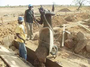 Coulage du béton des fondations de l'école B de Guiè, Burkina Faso