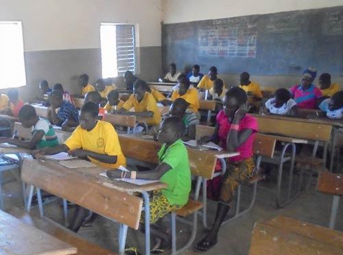 Cours de soutien scolaire pour les élèves de Namassa au Bukina Faso