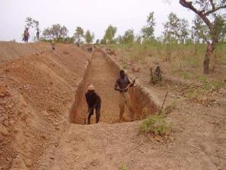 Creusement du canal à Guiè, Burkina Faso