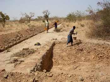 Creusement des mares de retenue d'eau à Cissé-Yargho