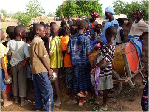 Distribution d'eau à l'école de Guiè au Bukina Faso