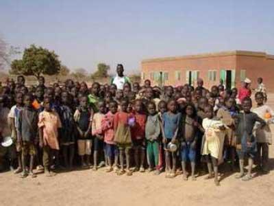 Un groupe d'élèves de l'école de Douré près de Guiè