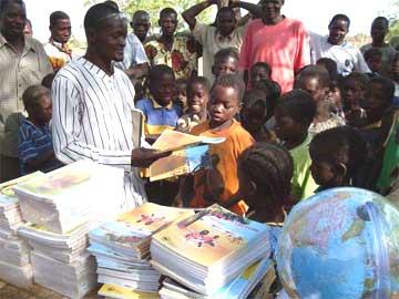 Distribution de manuels scolaires aux élèves des écoles primaires, Burkina Faso